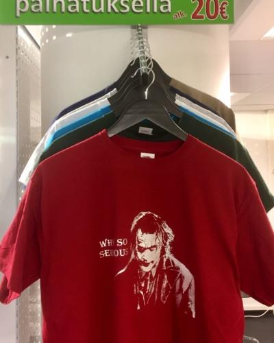 värillinen t-paitaomalla kuvalla